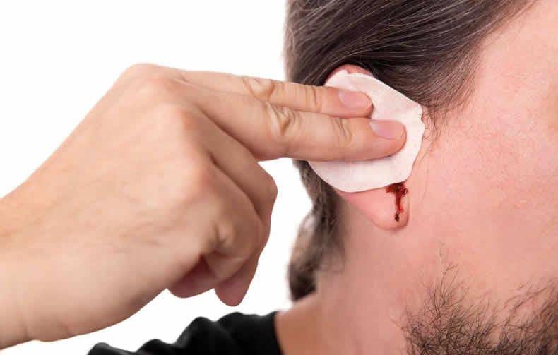 sangramento no ouvido