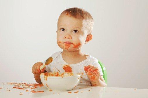 bebé comendo sozinho