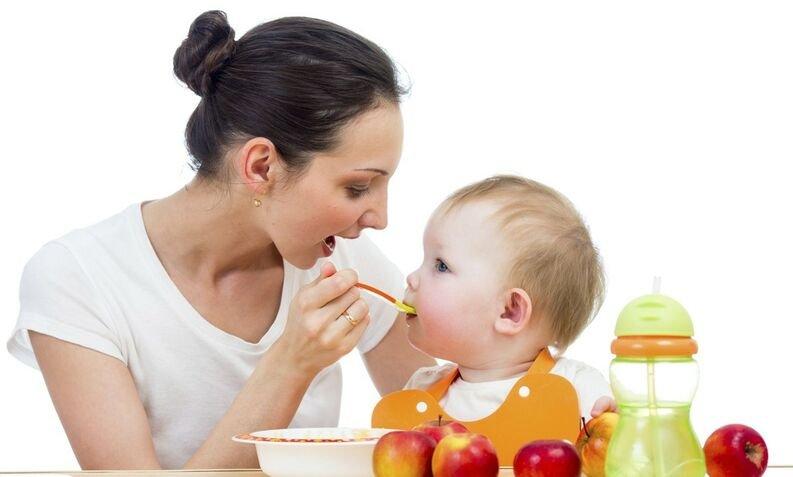Começar a dar alimentos sólidos ao bebé